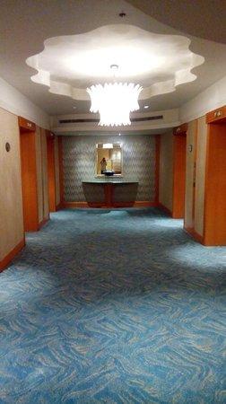 Makati Shangri-La Manila: elevator hallway