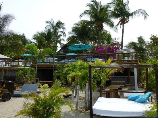 Karmairi Hotel Spa : Blick auf das Hotel vom Strand aus