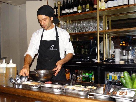 Shila - Sharon Cohen's Kitchen & Bar: Всёлый бармен