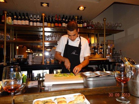 Shila - Sharon Cohen's Kitchen & Bar: Ещё один бармен показывает мастер-класс