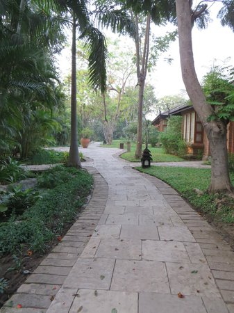 The Hotel at Tharabar Gate : Walkway to rooms