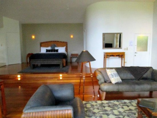 Pethers Rainforest Retreat : Beautifully furnished room with king size bed.