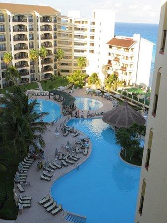 The Royal Islander All Suites Resort: Vista piscina