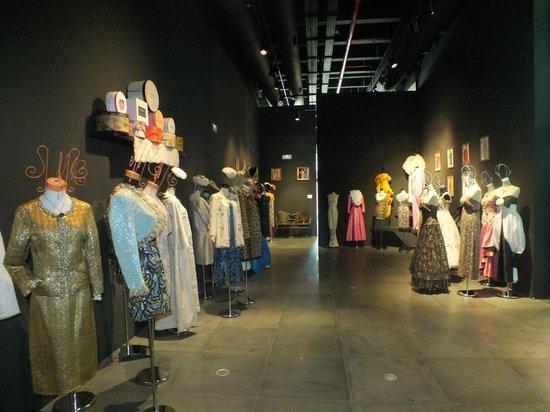 Automobile and Fashion Museum : Зал с коллекцией платьев