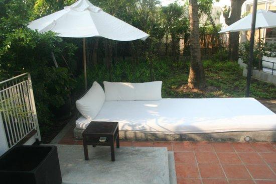 Putahracsa Hua Hin: Petit lit extérieur devant les Sansky Villa