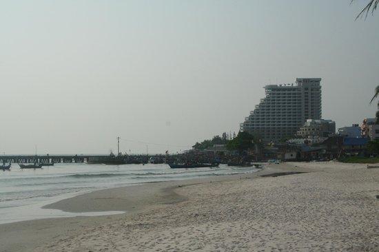 Putahracsa Hua Hin: vue de la plage sur le port et le Hilton