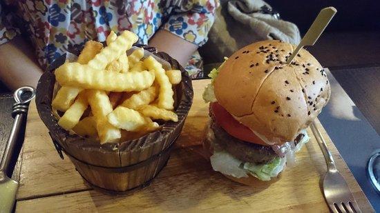 Firehouse Pub & Restaurant : Premium burger