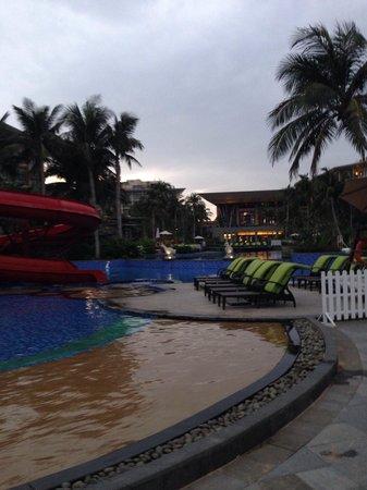 Doubletree Resort by Hilton Hotel Sanya Haitang Bay : Pools & main building at dusk