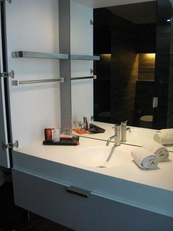 Room Mate Pau : Bathroom Sink