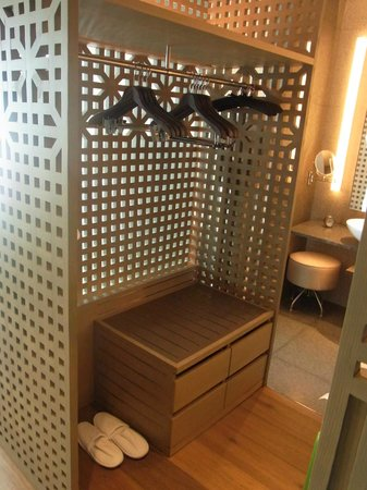 Park Hyatt Busan: スーツケース置き&ハンガー。これが2つあります