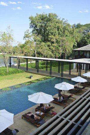 Anantara Chiang Mai Resort: Zwembad en rivier