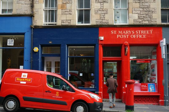 Travelodge Edinburgh Central: Post office just opposite the travelodge central
