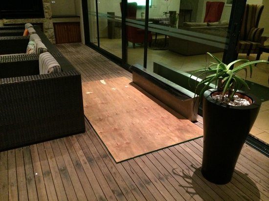 Canelands Beach Club and Spa: Damaged floor with wood cover up