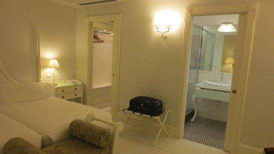 Hotel Villa Athena : Camera con spogliatoio e bagno