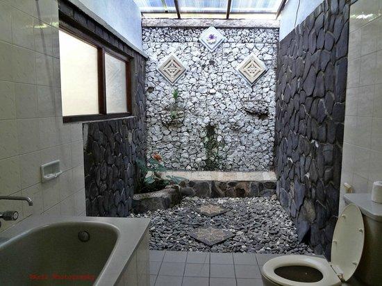 Bali Taman Beach Resort & Spa: shower