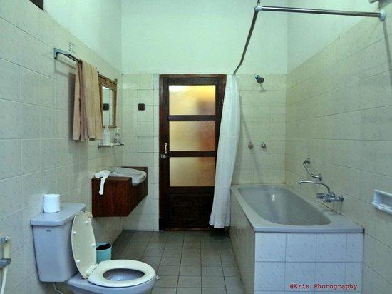 Bali Taman Beach Resort & Spa: bathtub
