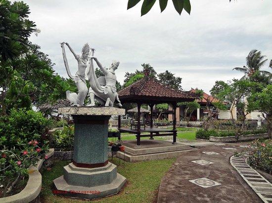 Bali Taman Beach Resort & Spa: taman belakang restoran