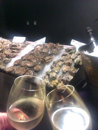 Sea Me - peixaria moderna Chiado: Impresionantes ostras con vinho verde