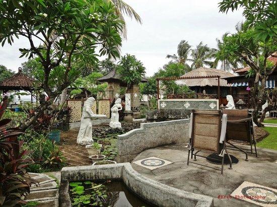 Bali Taman Resort & Spa: taman belakang restoran