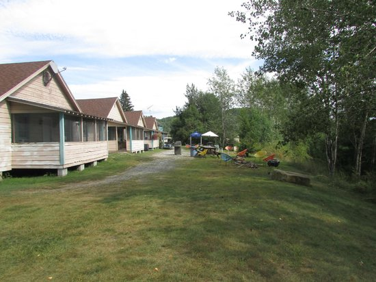 Cronin's Golf Resort: cabins by the river looing south