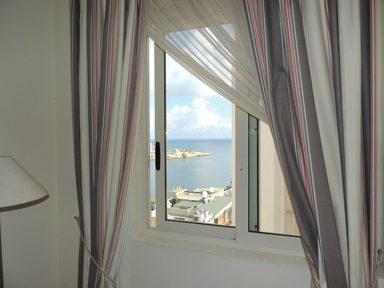 Osborne Hotel : View of Valetta Harbour from room 512