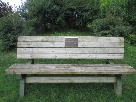 Cronin's Golf Resort: benches to rest everywhere