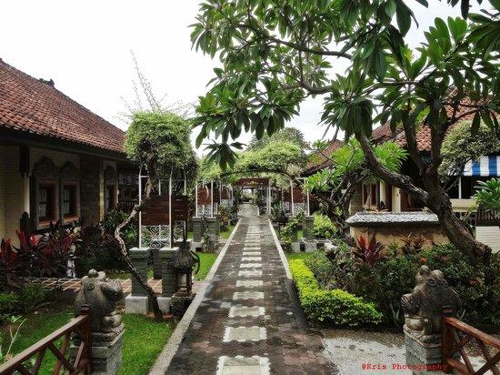 Bali Taman Resort & Spa: jalan depan kamar