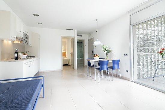 Apartamentos Porta Coeli : salon comedor con cocina americana