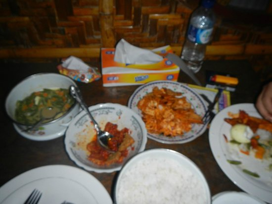 Abdi Homestay, Ikbal & Noni : Dinner served by Noni - the owner's wife