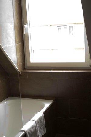 Austria Trend Hotel Beim Theresianum: окно в ванной