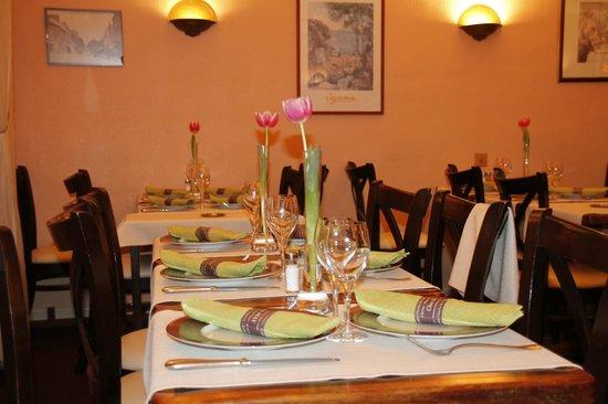 Restaurant Chez Max : Tables prétes pour le service !
