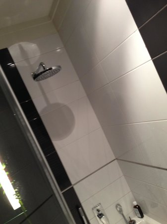Barceló Brno Palace: Stupidly low rain shower with plenty of space above