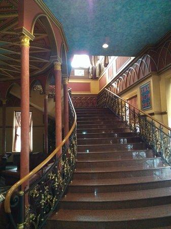 Dom Tatarskoi Kulinarii: лестница в холле 1-го этажа