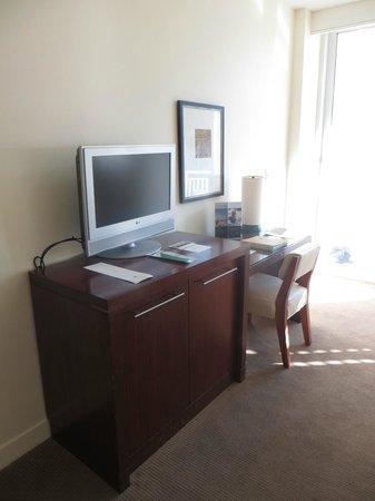 The Reach, A Waldorf Astoria Resort: TV & desk