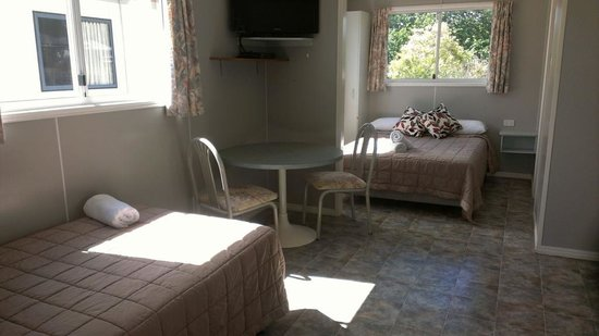 Bushchooks Traveller's Village: vabin 2.. sleeps 5. double bed. king single. and 2 bunks. fully self contained with bathroom
