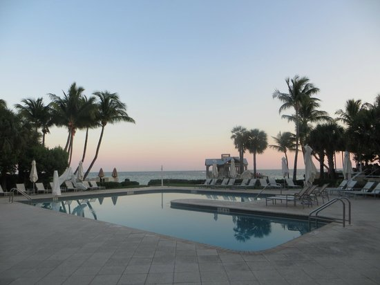 The Reach, A Waldorf Astoria Resort : Pool area at sunset