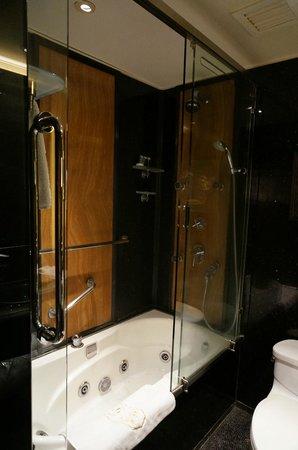 Hotel Lisboa Macau: シャワーカーテンではなくガラス引き戸でGood