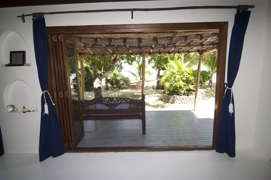 Navutu Stars Fiji Hotel & Resort: View of daybed and private garden from room