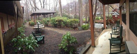 Jonathan Creek Inn and Villas : Back area with gazebo, hammock, and the creek!