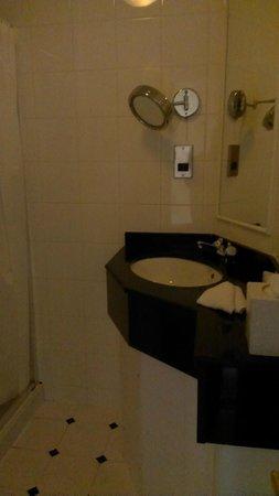 University Arms Cambridge : Dark old fashioned bathroom