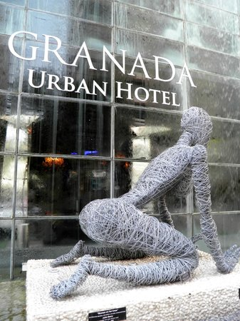 "Riande Granada Urban Hotel : ""Woman On Her Knee"" Statue in front of the Hotel"