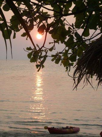 Siam Hut Koh Chang : tramonto  visto dal bungalow