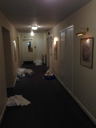 Bowfield Hotel & Country Club: Corridor at around 9.30 am