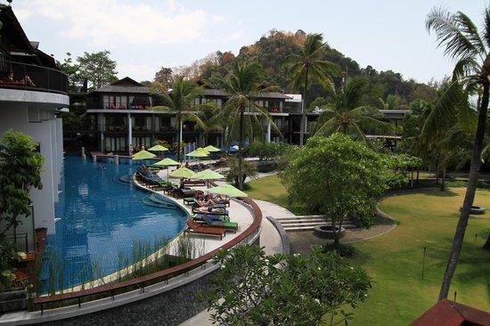 Holiday Inn Resort Krabi Ao Nang Beach: Zimmer im EG mit direktem Poolzugang und eigenen Liegen