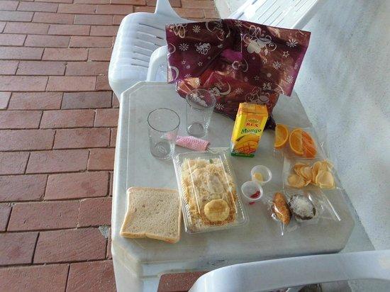 Senari Bay Resort: El desayuno a partir de las 07.30 en la mesa exterior.