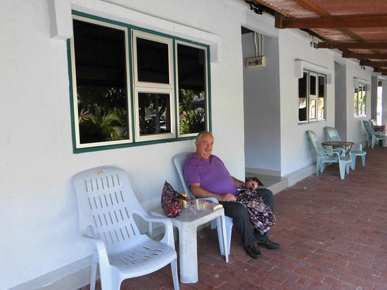 Senari Bay Resort : la mesa del desayuno y la habitacion
