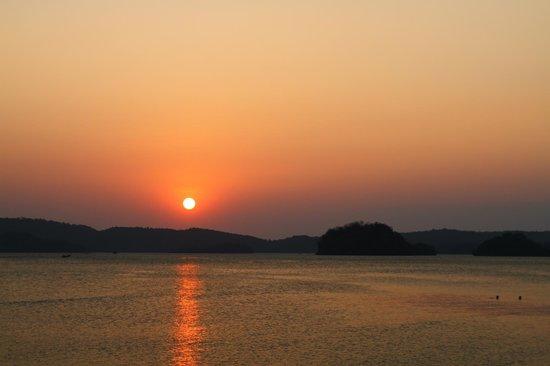 Holiday Inn Resort Krabi Ao Nang Beach: Sonnenuntergang am Strand