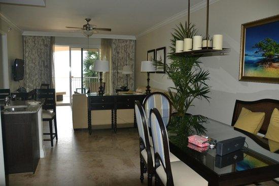 Key West Marriott Beachside Hotel: Dining/lounge area in suite.