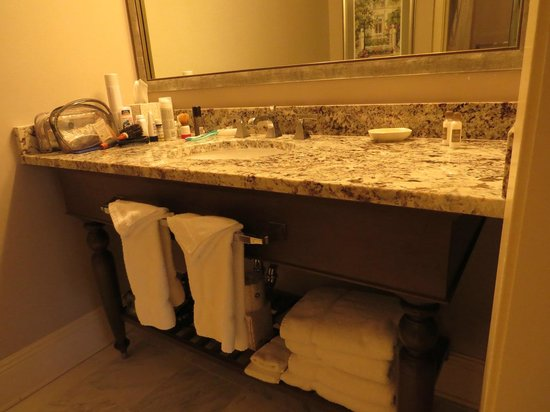 Hotel Provincial: Bathroom with large counter and great towels