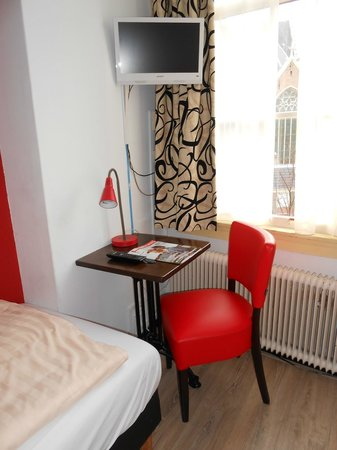 Anco Hotel: Desk and chair